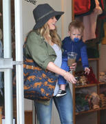 http://img5.imagevenue.com/loc134/th_213942948_Hilary_Duff_shopping1_122_134lo.jpg