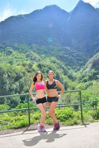 http://img5.imagevenue.com/loc142/th_558426796_Mary_and_Aubrey_Hawaii_II_Hiking_Lao_Valley_37_123_142lo.jpg
