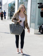 http://img5.imagevenue.com/loc235/th_763033253_Hilary_Duff_at_Crumbs_bakery24_122_235lo.jpg
