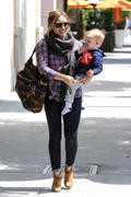 http://img5.imagevenue.com/loc360/th_129223575_Hilary_Duff_Takes_Son_For_Haircut25_122_360lo.jpg
