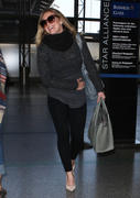 http://img5.imagevenue.com/loc403/th_296306523_Hilary_Duff_departing_on_a_flight_at_LAX_airport12_122_403lo.jpg