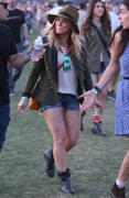 http://img5.imagevenue.com/loc421/th_865196113_Hillary_Duff_Coachella_Valley_Music_and_Arts_Festival35_122_421lo.jpg